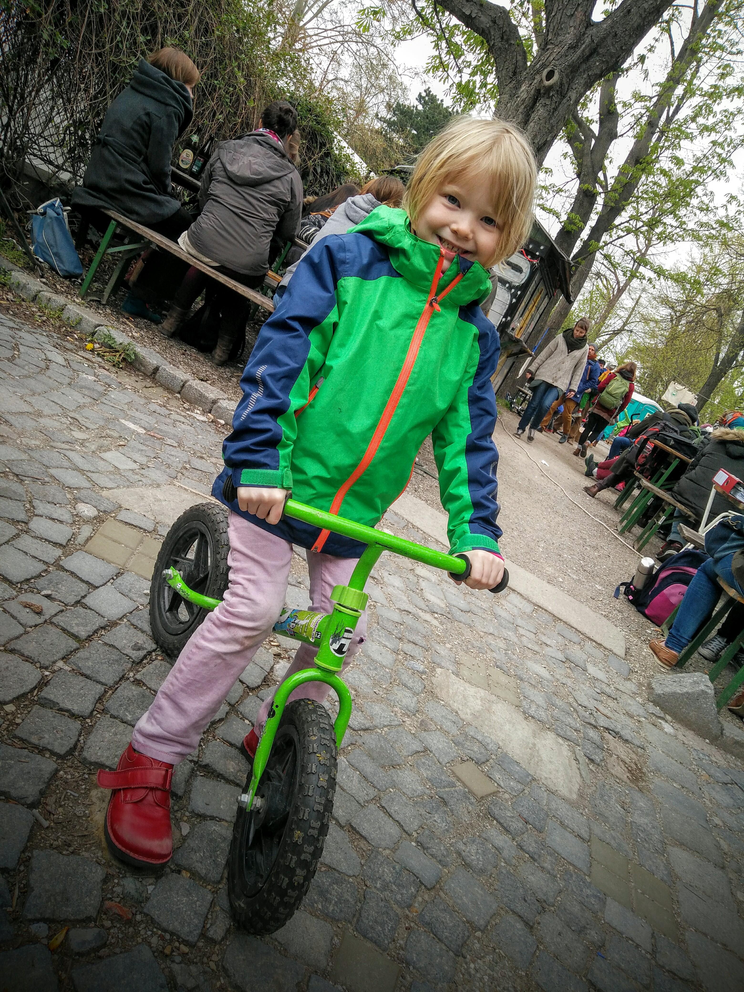 Daniel mit seinem grünen Laufrad!
